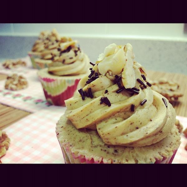 Cupcakes de café con nueces y fideos de chocolate